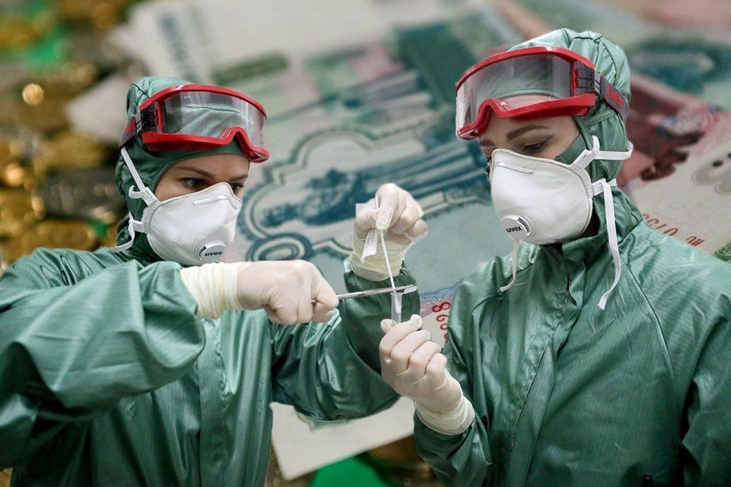 Работники здравоохранения продолжат получать надбавки за борьбу с COVID-19 в июле и августе